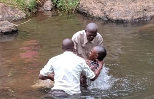 المعمودية في النهر
