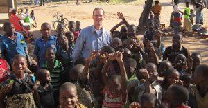 ريتشارد مع العديد من الأطفال الأفارقة